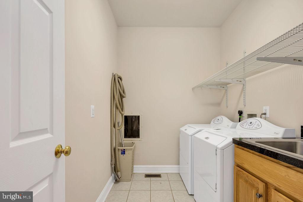Main Level Laundry & Sink - 39032 FRY FARM RD, LOVETTSVILLE