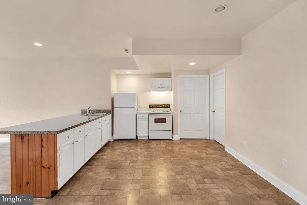 Full Kitchen In Walk Out Basement - 39032 FRY FARM RD, LOVETTSVILLE