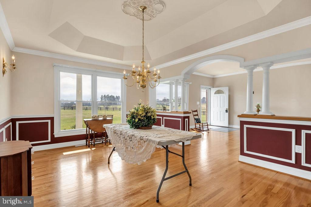 Custom Trim And Ceiling In Dining Room - 39032 FRY FARM RD, LOVETTSVILLE