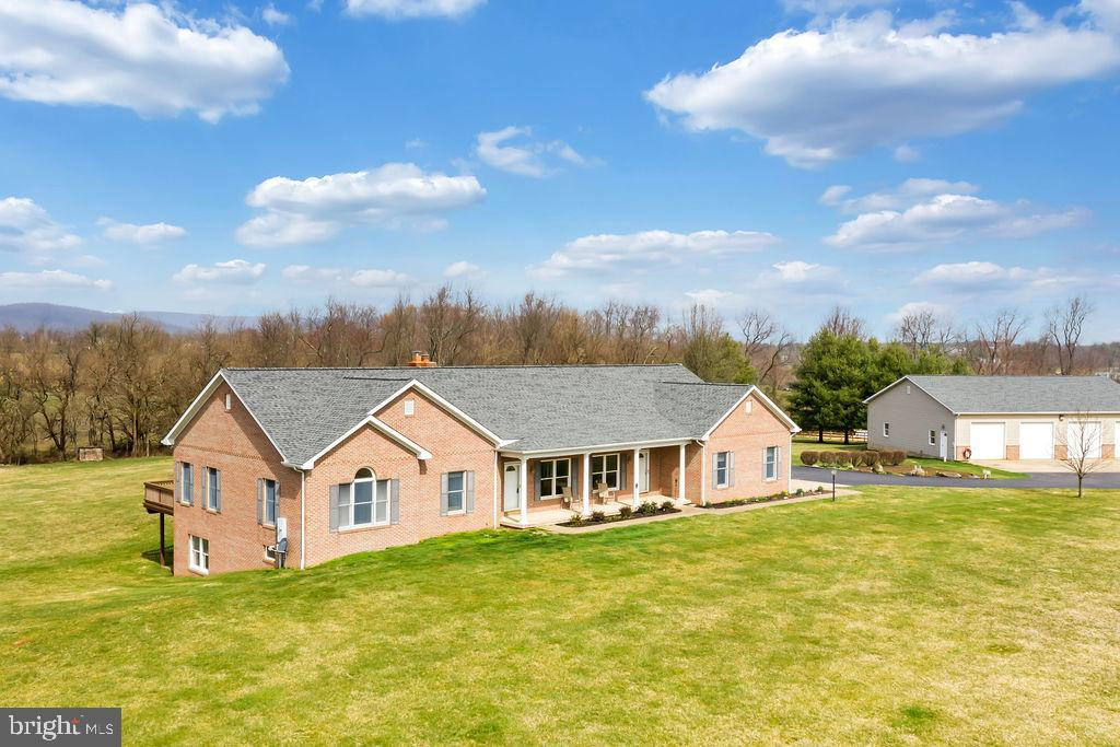 Perfectly Maintained All Brick Home - 39032 FRY FARM RD, LOVETTSVILLE