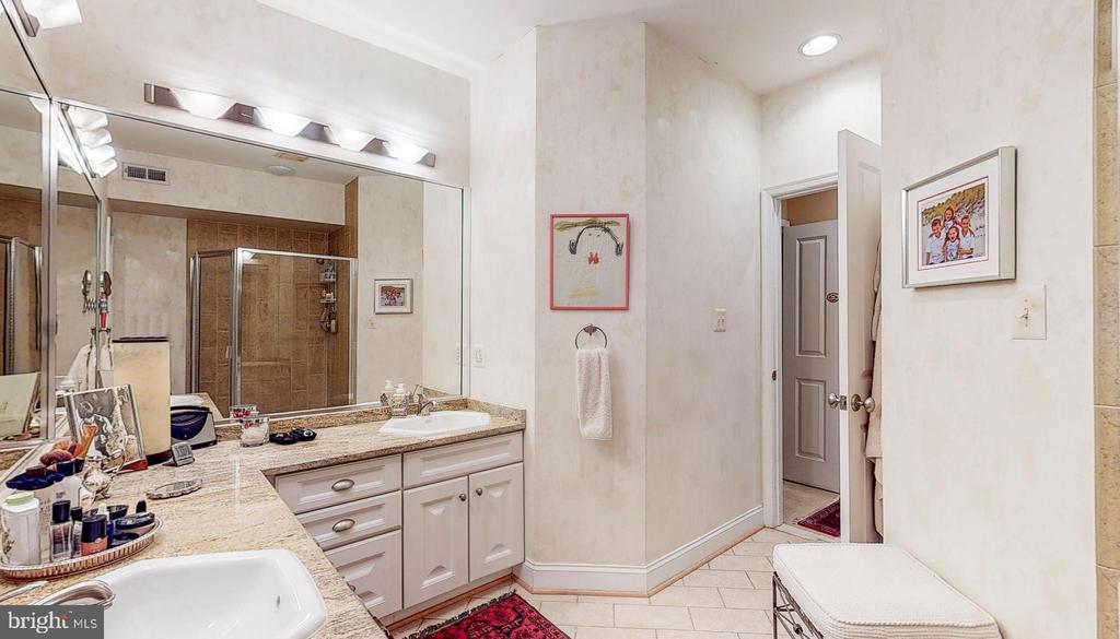 Master bath, 2 vanities - 124 S PATTERSON PARK AVE, BALTIMORE