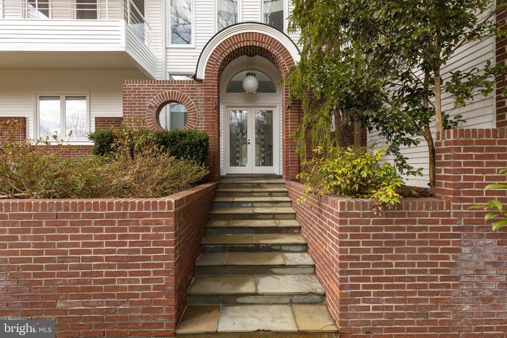 Entry - 1371 KIRBY RD, MCLEAN