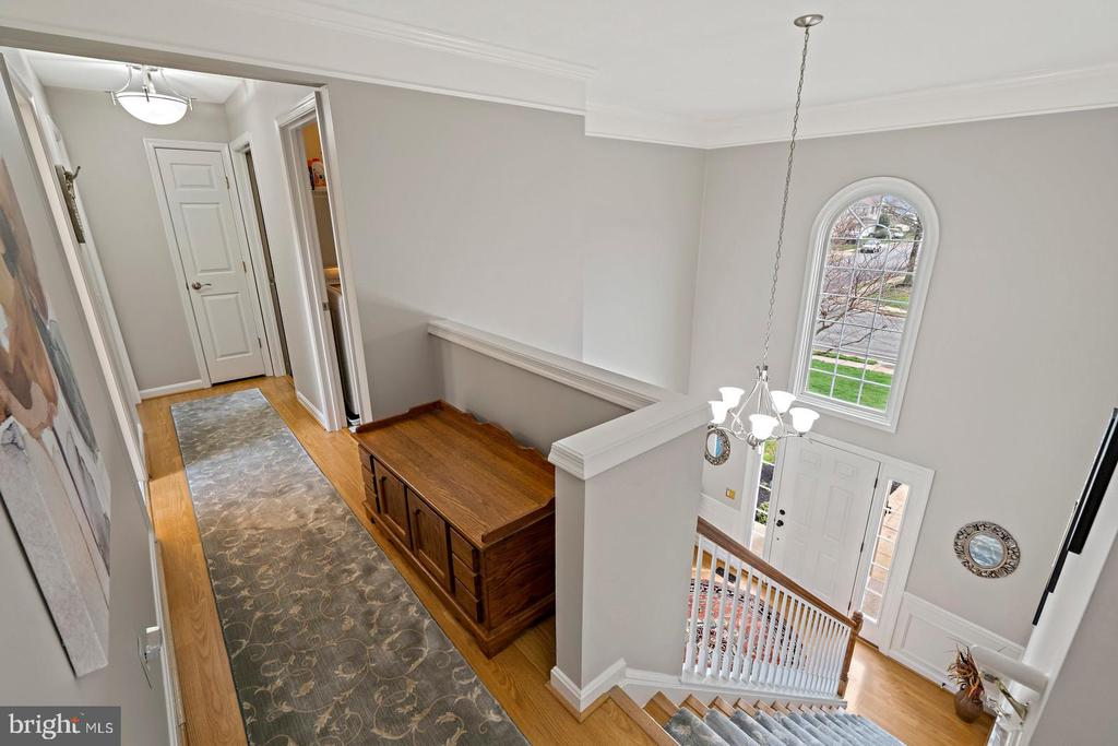 Upper Level Hallway Overlooking Foyer - 201 STONELEDGE PL NE, LEESBURG