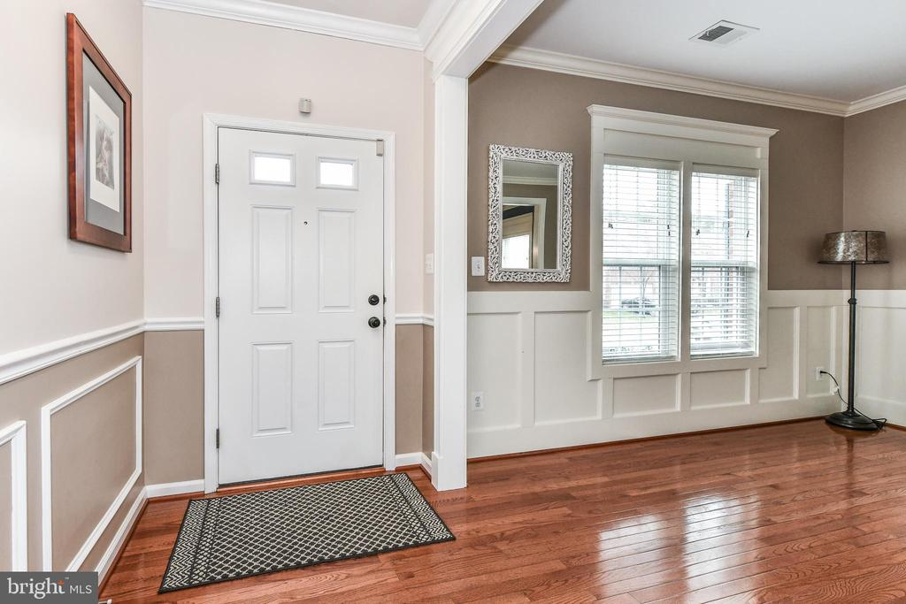 The woodwork is stunning the moment you walk in! - 25974 KIMBERLY ROSE DR, CHANTILLY