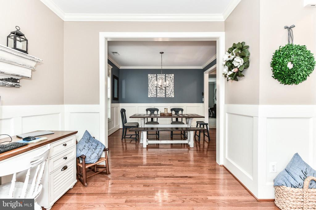 Open floor plan, molding all around. - 25974 KIMBERLY ROSE DR, CHANTILLY