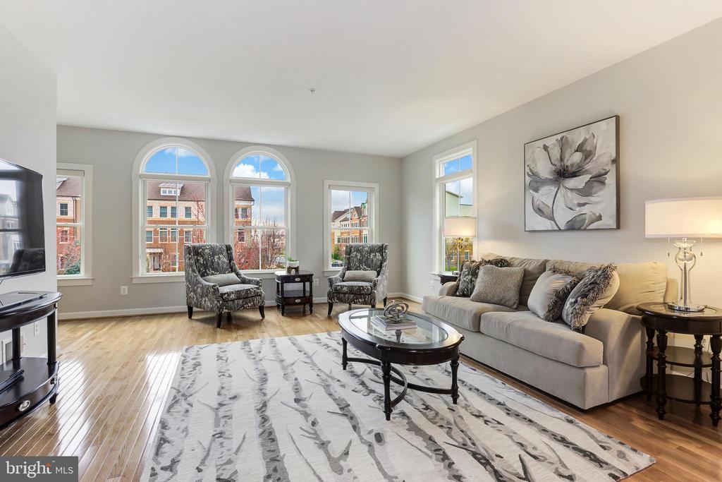 Spacious living room with ample windows - 44715 PLYMPTON SQ, ASHBURN