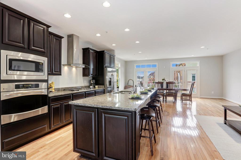 Gourmet kitchen w/ ample space - 44715 PLYMPTON SQ, ASHBURN