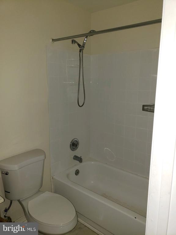 16215 Taconic Cir Dumfries VA 22025 Full Bath - 16215 TACONIC CIR, DUMFRIES
