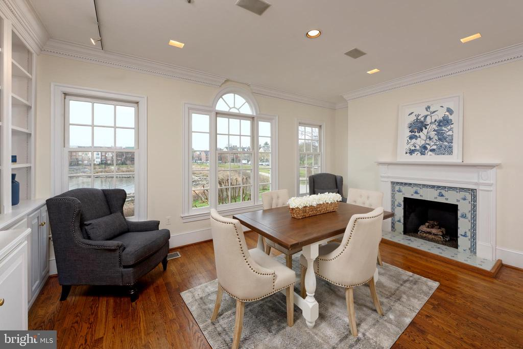 Cozy up to the gas fireplace while preparing meals - 19 WILKES ST, ALEXANDRIA