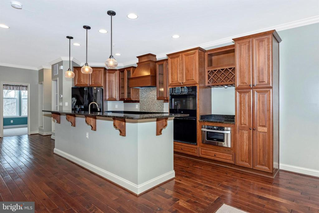 Custom kitchen w/so many upgrades and conveniences - 6961 COUNTRY CLUB TER, NEW MARKET