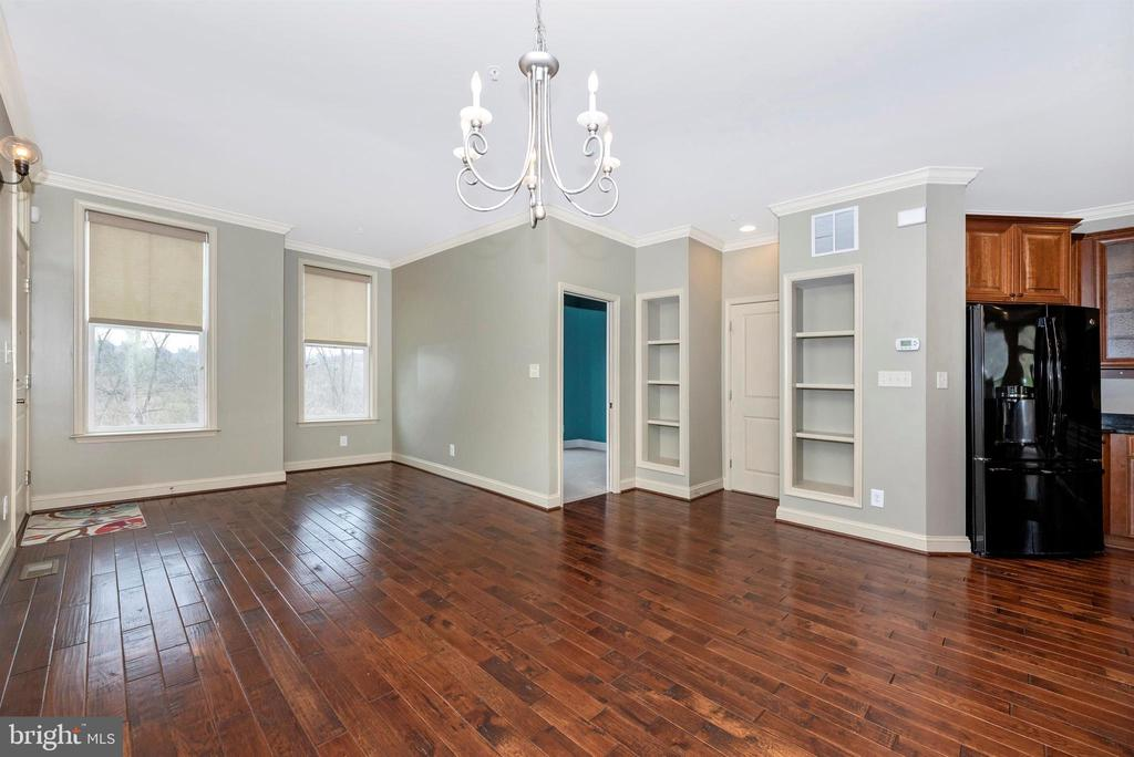 Open floorplan...built-ins...main level office - 6961 COUNTRY CLUB TER, NEW MARKET