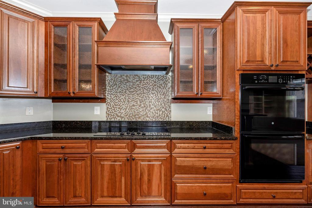 Custom kitchen...upgraded vent hood...backsplash - 6961 COUNTRY CLUB TER, NEW MARKET