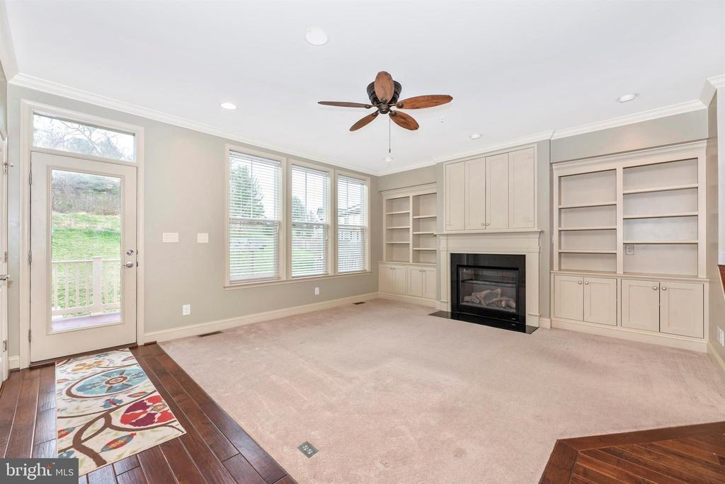LR w/custom built-ins, gas FP, hidden TV space - 6961 COUNTRY CLUB TER, NEW MARKET