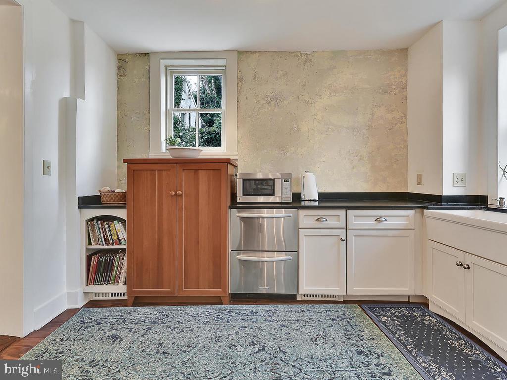 Dual appliances farm sink plus  additional storage - 121 W 2ND ST, FREDERICK