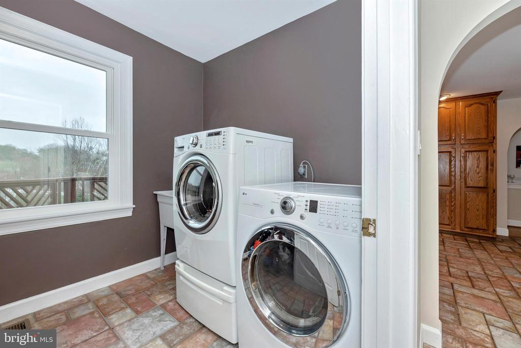 Main floor laundry room - 4917 MUSSETTER RD, IJAMSVILLE