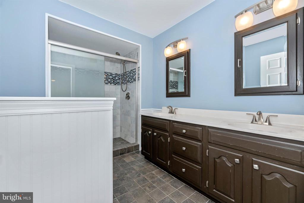 Beautiful hall bath - 4917 MUSSETTER RD, IJAMSVILLE