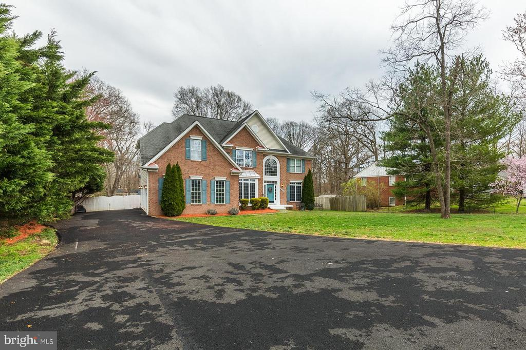 Extra long, wide driveway for ample parking plus.. - 20226 BROAD RUN DR, STERLING