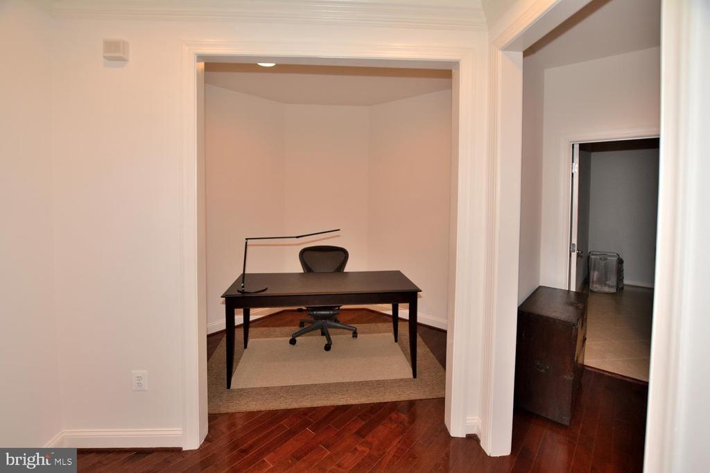 Desk Space in Upper Hall Way - 2976 TROUSSEAU LN, OAKTON