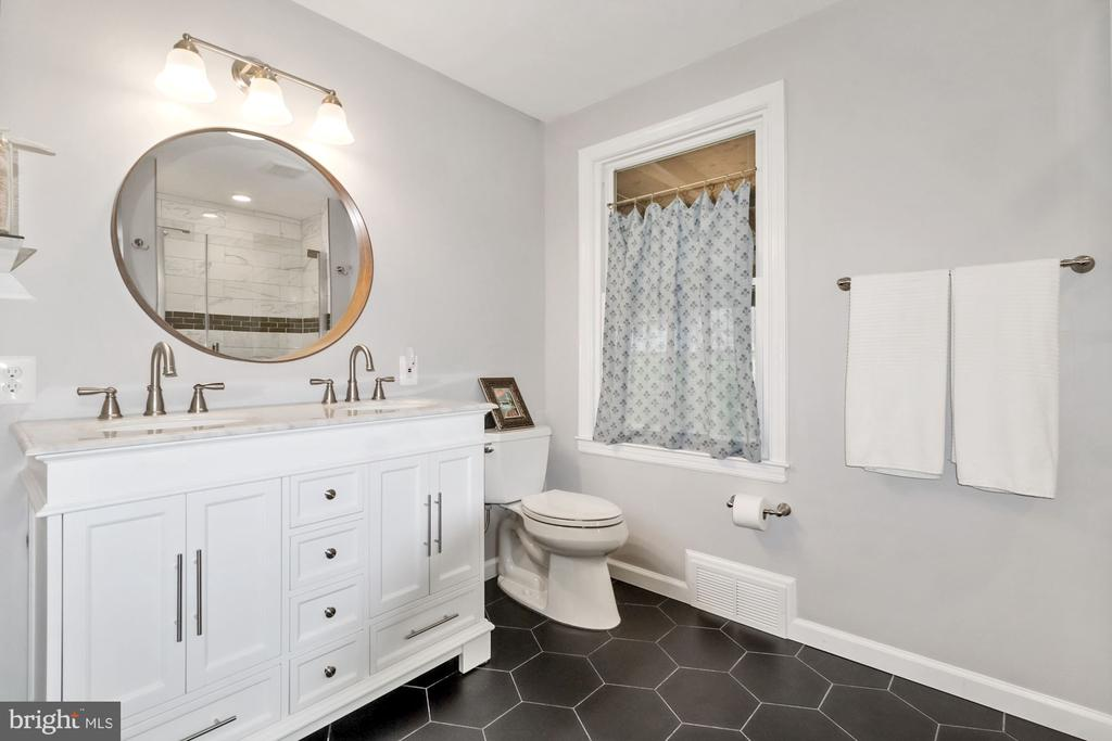 Gorgeous master bath! - 6814 JEFFERSON AVE, FALLS CHURCH