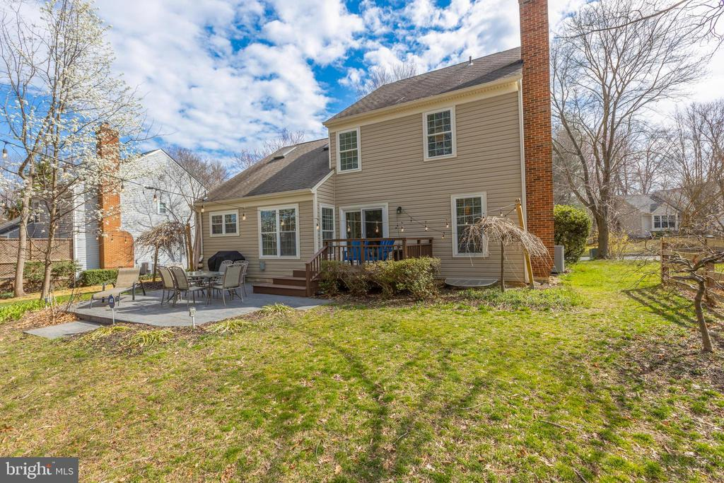 So much yard space to romp and relax! - 8206 CHERRY RIDGE RD, FAIRFAX STATION