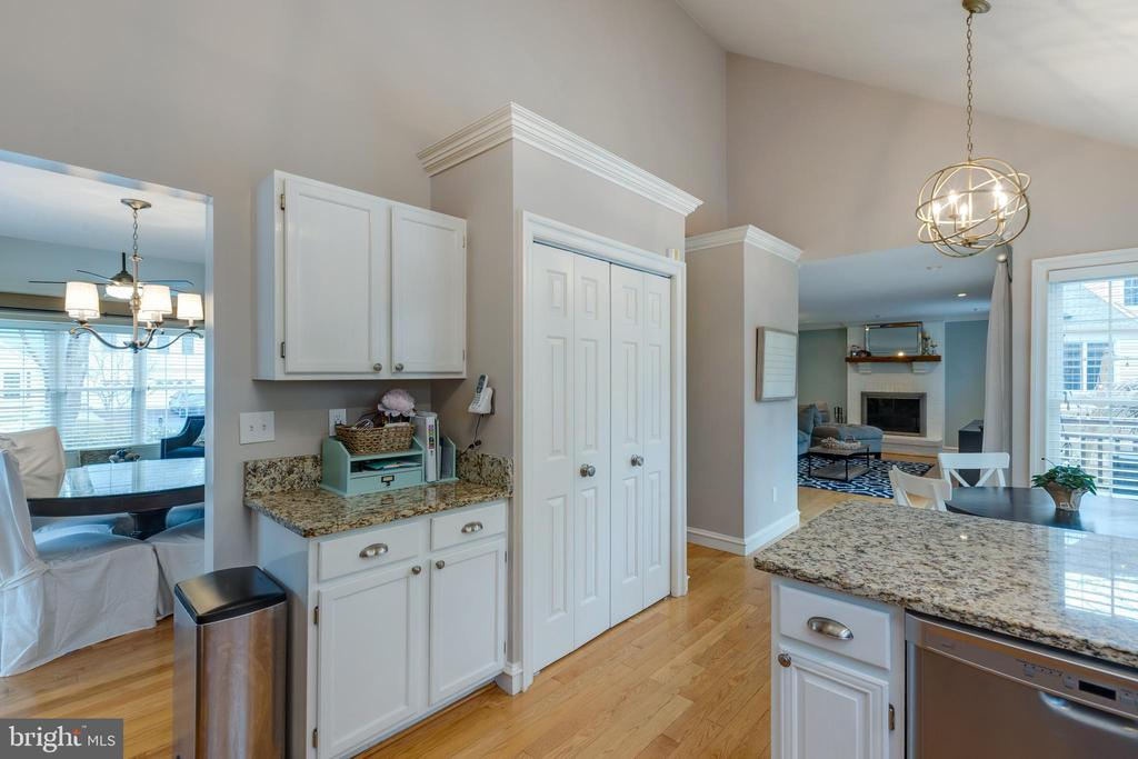 Granite counter tops*On trend light fixtures - 8206 CHERRY RIDGE RD, FAIRFAX STATION