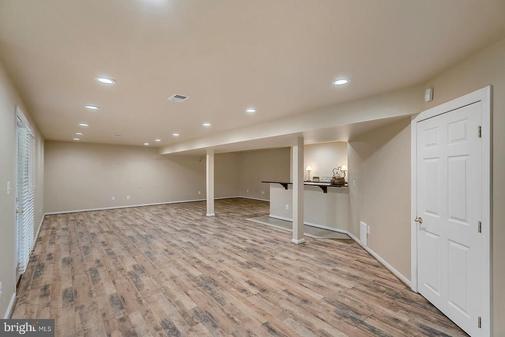 'Barnwood' flooring, bar & guest 6th BR in LL. - 43988 RIVERPOINT DR, LEESBURG
