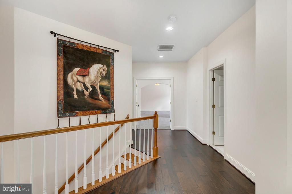 Large landing opens to UL bedrooms & hall bath. - 43988 RIVERPOINT DR, LEESBURG