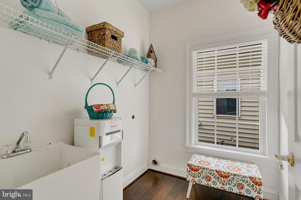 Laundry offers sunlight util sink, ample storage. - 43988 RIVERPOINT DR, LEESBURG
