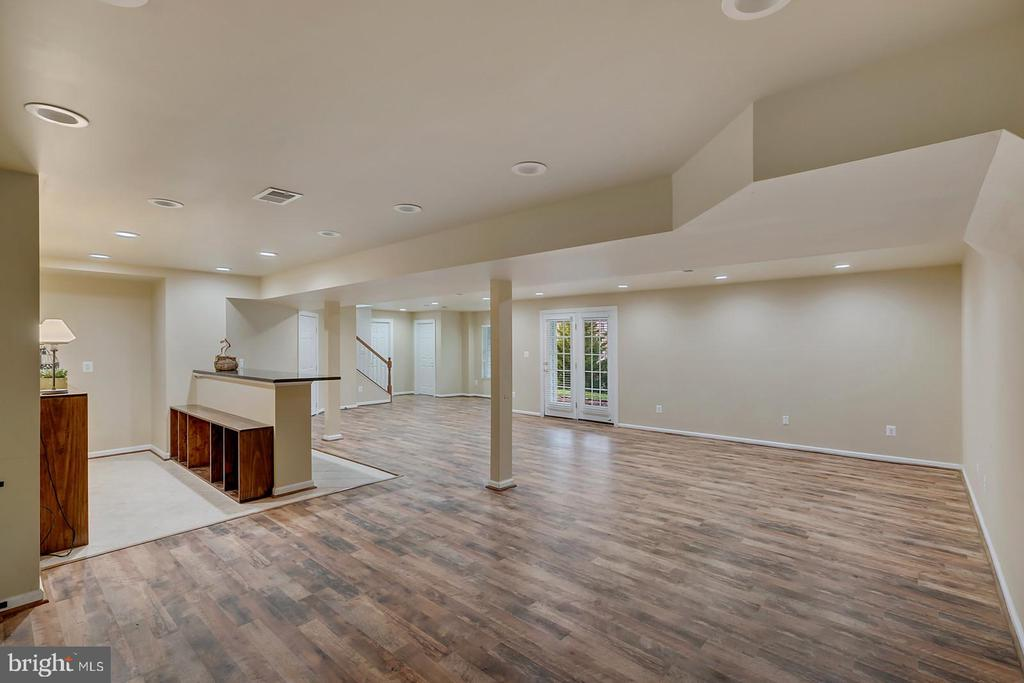 'Barnwood' flooring in large rec room w/ bar. - 43988 RIVERPOINT DR, LEESBURG