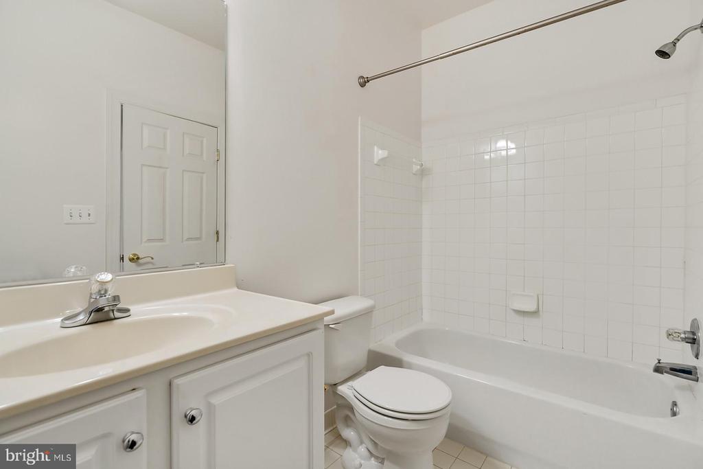 Full third en-suite bath in fifth upper level BR. - 43988 RIVERPOINT DR, LEESBURG