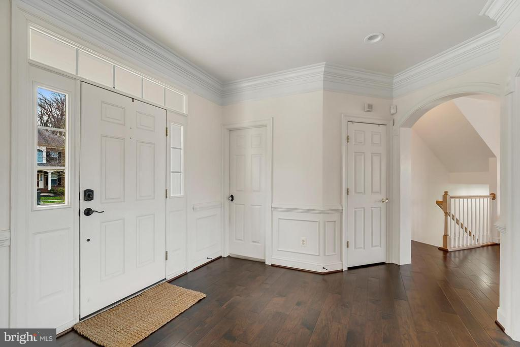 Transom, side light & archways in entry foyer. - 43988 RIVERPOINT DR, LEESBURG