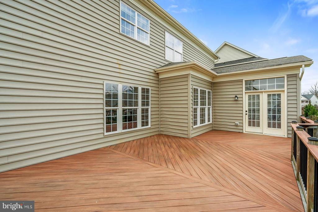 Bring the grill & entertain on ample deck! - 43988 RIVERPOINT DR, LEESBURG