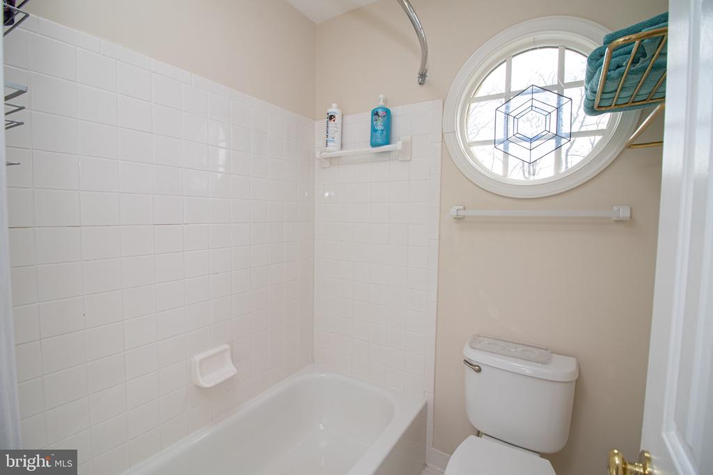 Jack and Jill Bath Servicing Bedrooms 3 and 4 - 25282 KENNEBEC DR, CHANTILLY