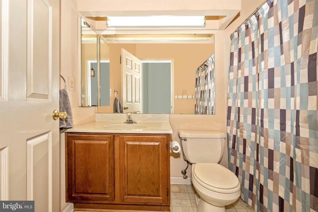 Upper Level Full Bathroom - 6208 ILLINOIS CT, NEW MARKET