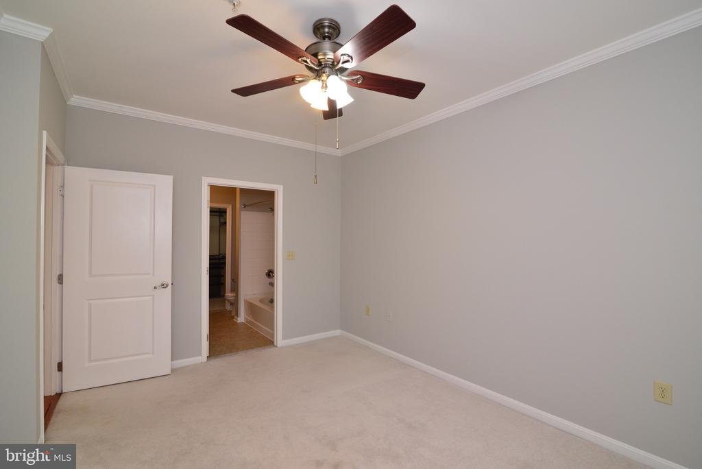 Primary bedroom with ceiling fan - 2655 PROSPERITY AVE #119, FAIRFAX