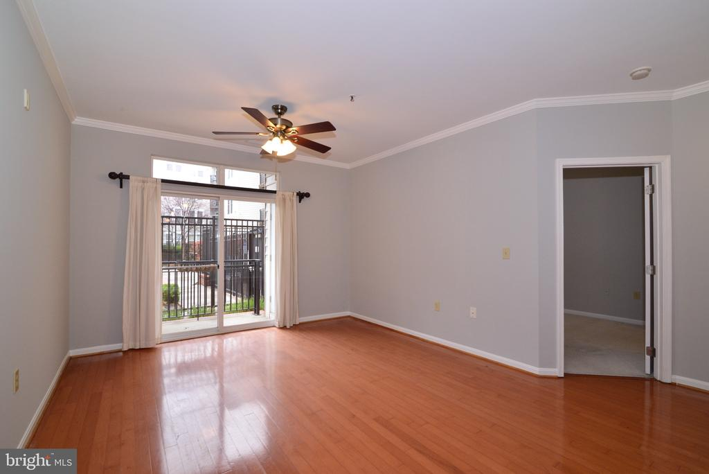 Living room with hardwood floors and ceiling fan - 2655 PROSPERITY AVE #119, FAIRFAX