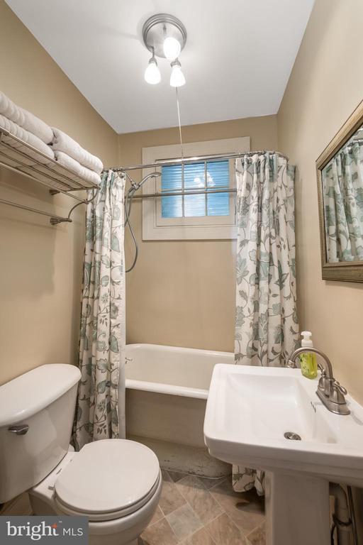 Main level full bathroom - 405 HANOVER ST, FREDERICKSBURG