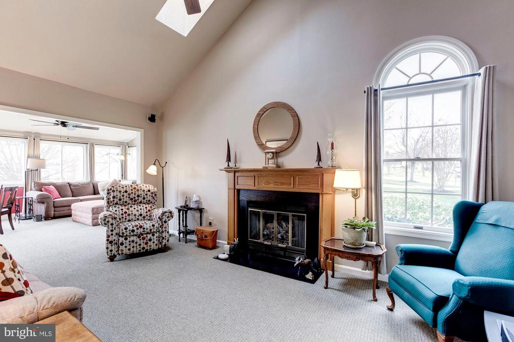 Gas fire place and extended Family room - 18901 FALLING STAR RD, GERMANTOWN