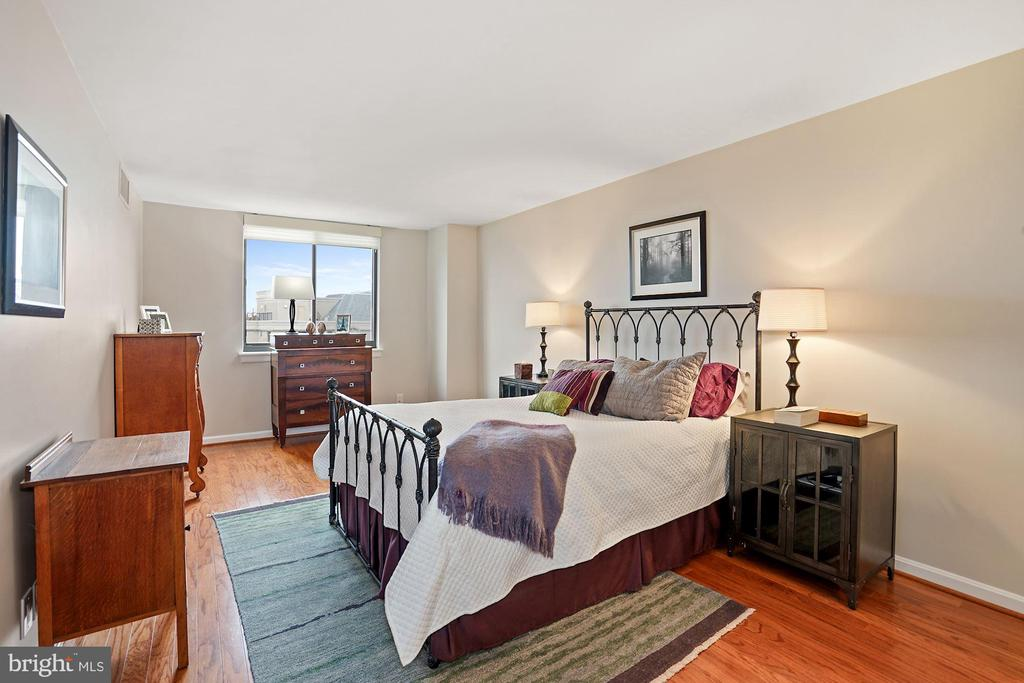 Master Suite - 3800 FAIRFAX DR #1014, ARLINGTON