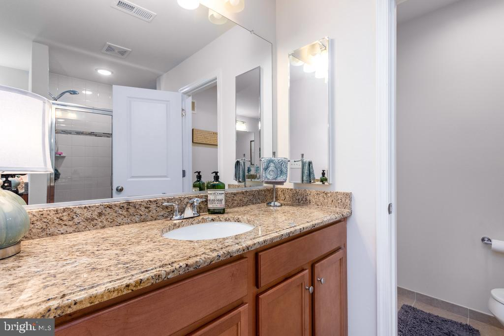 granite in master bath - 42424 DOGWOOD GLEN SQ, STERLING