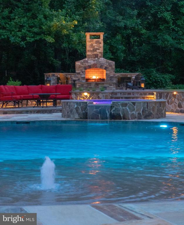 Infinity Edge Custom pool with fountains - 14671 VIBURNUM DR, DAYTON