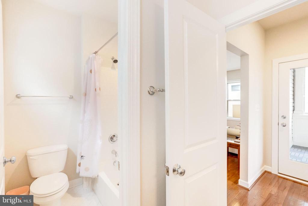 Hall Full Bath - 20673 HOLYOKE DR, ASHBURN