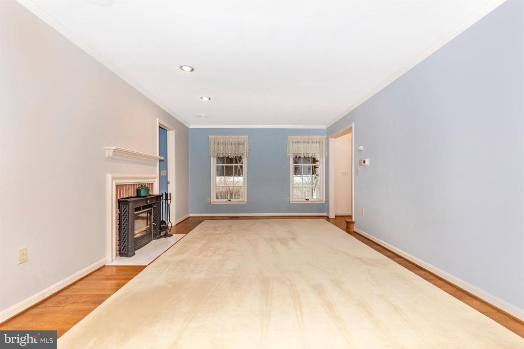 Large living room with one of 4 working fireplaces - 7799 COBLENTZ RD, MIDDLETOWN