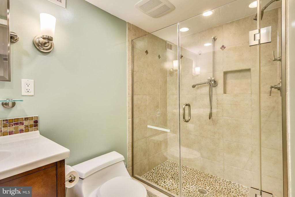 W/ a tiled walk-in shower - 4722 30TH ST S, ARLINGTON