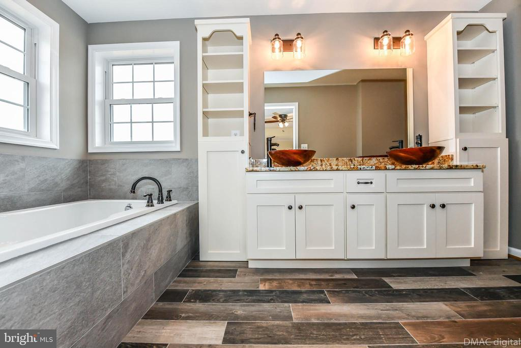 Master Bath w/soaker tub and custom vanity - 4802 COWMANS CT NORTH, MOUNT AIRY