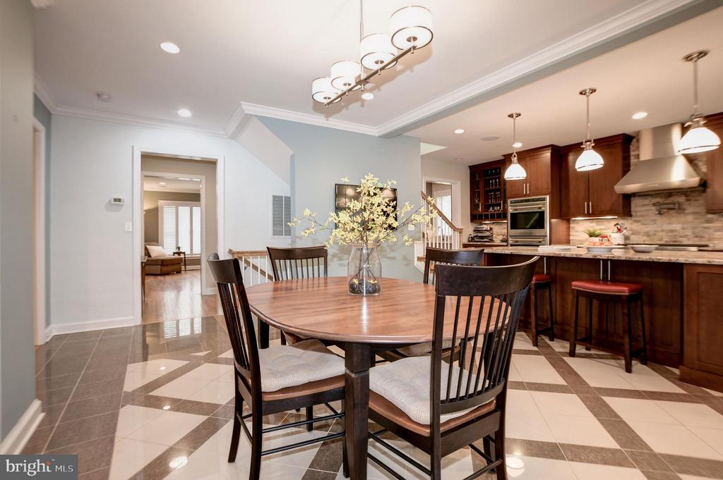 Casual dining space in kitchen - 6804 BROXBURN DR, BETHESDA