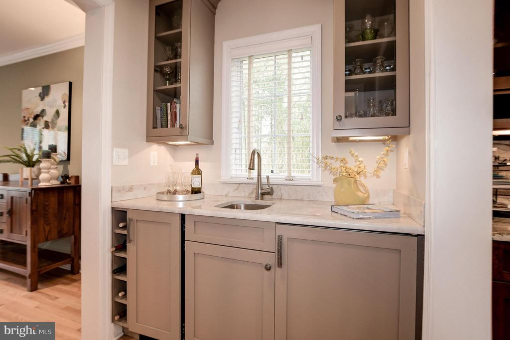 Butler's pantry is ideal for entertaining! - 6804 BROXBURN DR, BETHESDA