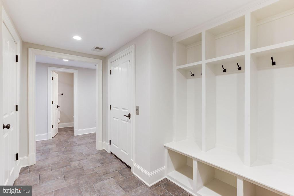 Garage Entrance & Mudroom - 2330 N VERMONT ST, ARLINGTON