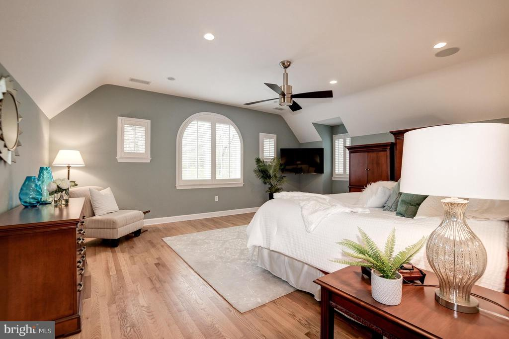 Another angle of the owner's bedroom - 6804 BROXBURN DR, BETHESDA