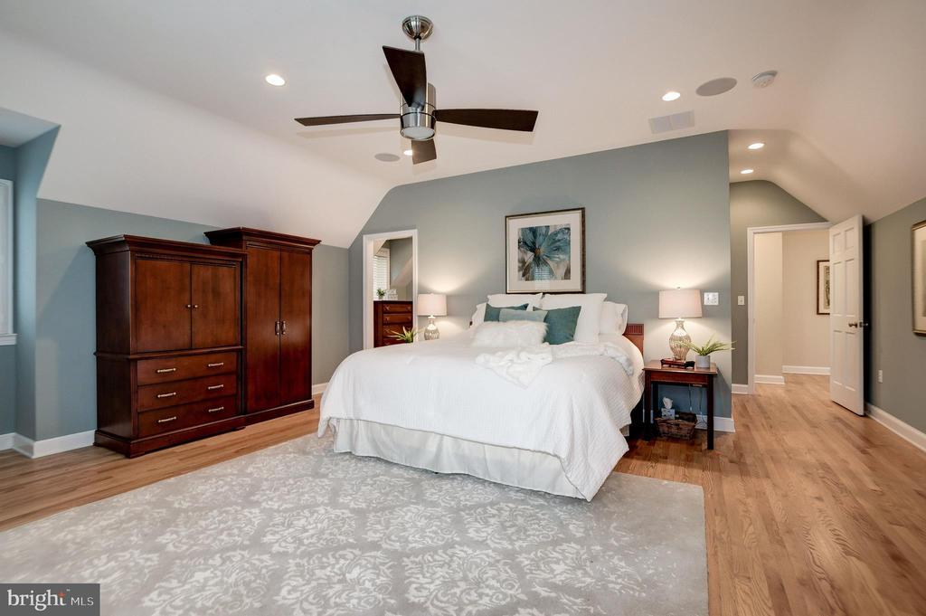 Owner's spacious bedroom - 6804 BROXBURN DR, BETHESDA